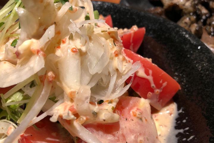 居酒家 でいりぐち トマトと玉ねぎのサラダ